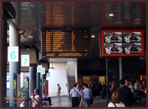 Anúncios das saídas dos trens e seus binários (plataformas)